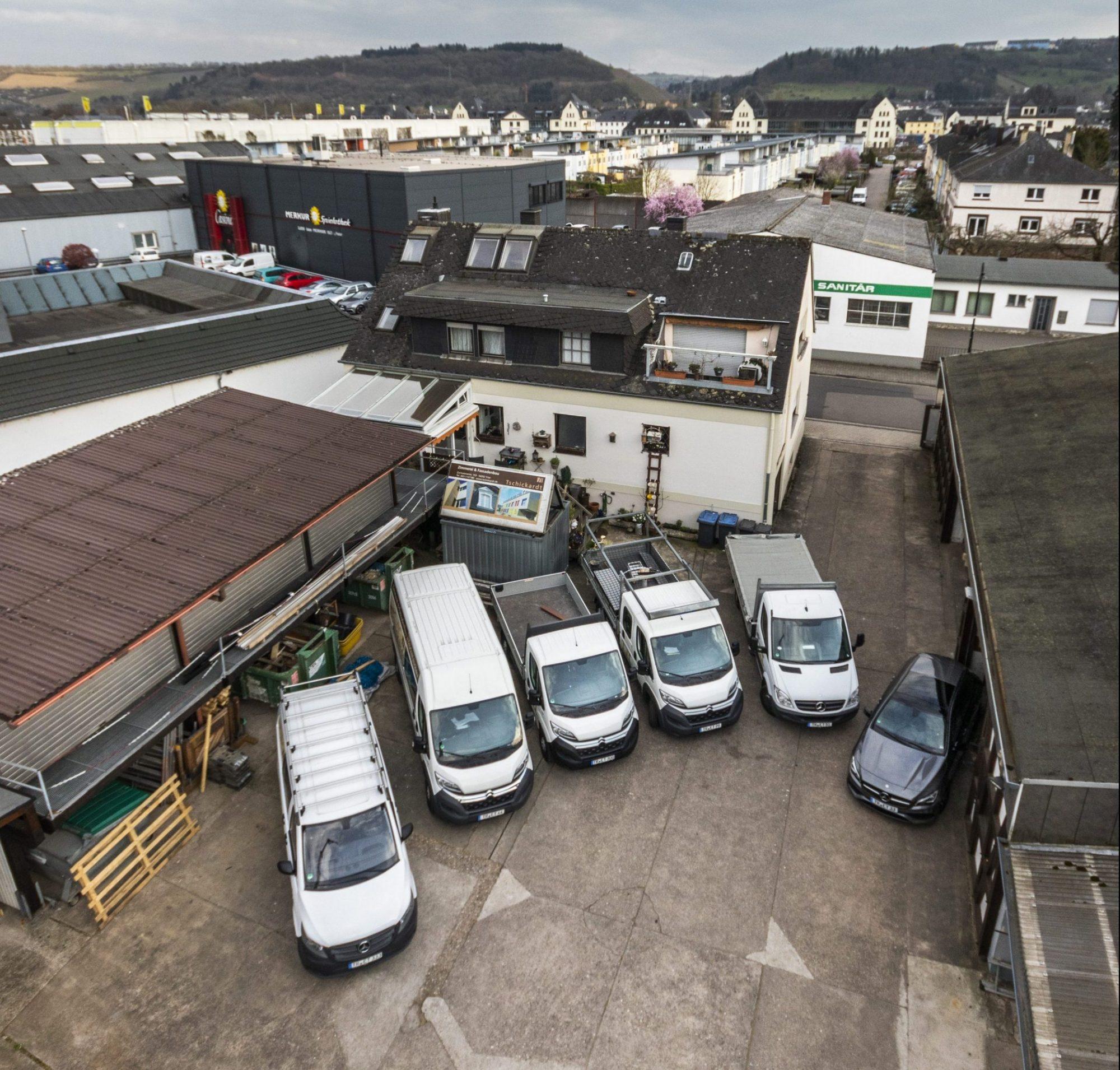 Zimmerei Tschickardt Firmengebäude und Firmenwagen aus der Vogelperspektive
